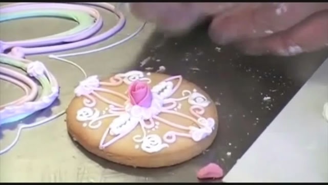 David Cakes hace un curso del uso de la glasa real Kelmy decorando una galleta